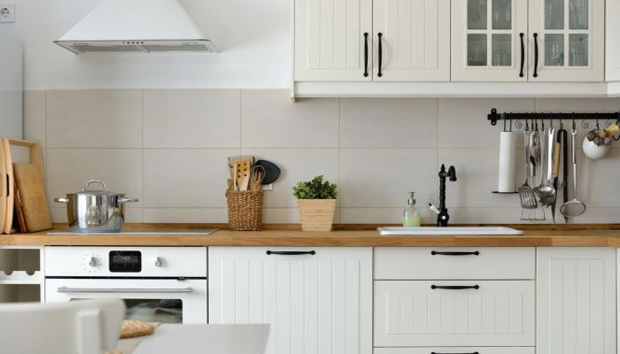 la madera y las cocinas blancas